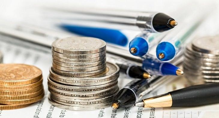 כללים להוזלת עלויות בניהול חשבון הבנק: טעים ומטבעות על מסמכים