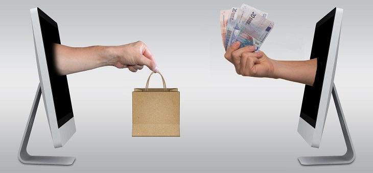 כללים להוזלת עלויות בניהול חשבון הבנק: יד יוצאות ממסך מחשב ונותנת כסף ומקבלת שקית ממסך שני