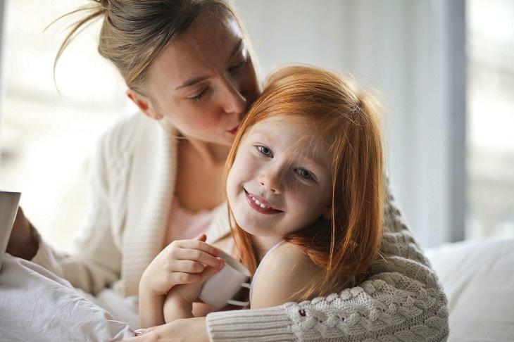 חינוך ילדים לפי סלסטן פרנה: אם מנשקת ומחבקת את בתה המחויכת
