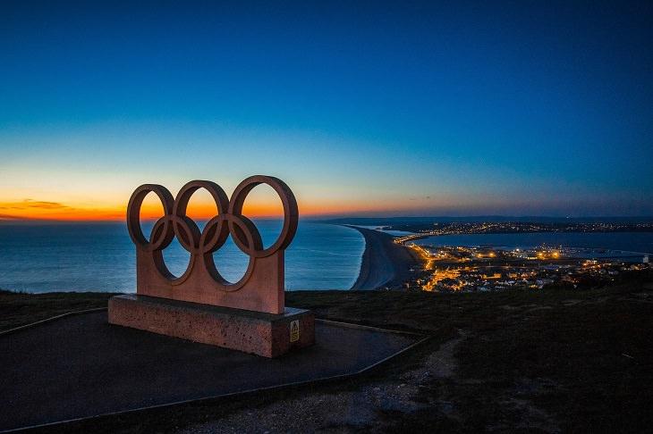 עובדות מעניינות על ספורט: פסל של הסמל של המשחקים האולימפיים, צופה אל נוף