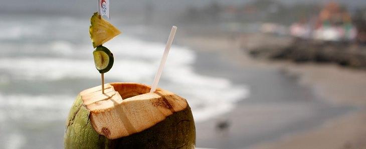 מאכלים נגד התכווצויות שרירים: קוקוס עם קש שתייה