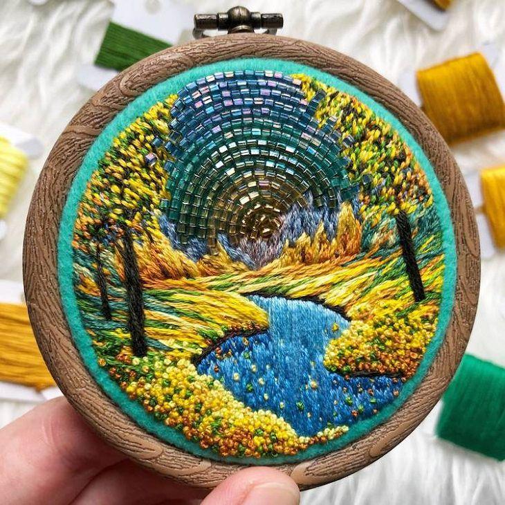 יצירות רקמה וחרוזים: עצים צהובים וביניהם נהר