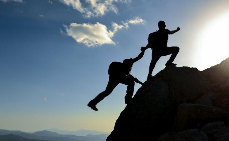 איך תקווה משפיעה על הבריאות וכיצד לאמץ אותה: אנשים מטפסים על הר