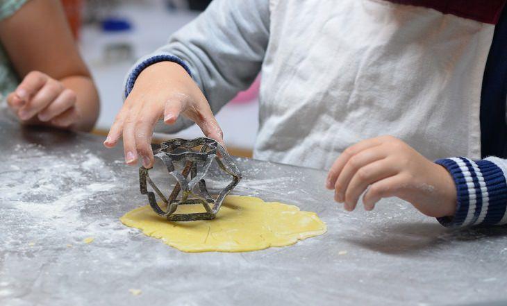 איך ללמד ילדים לבשל: ילד יוצר צורות בבצק