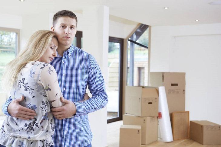 למה לא כדאי לפנות שוכר בכוח: זוג שעבר דירה