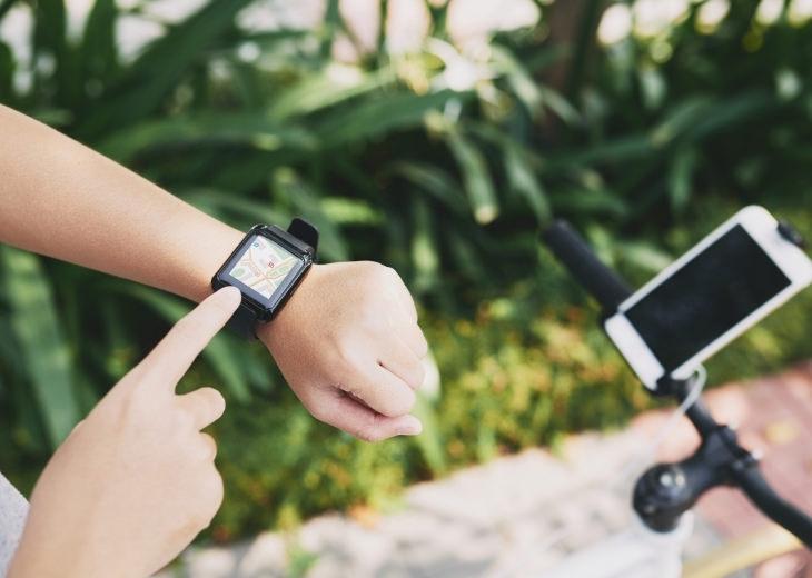שעונים חכמים: רוכב אופניים משתמש בשעון חכם