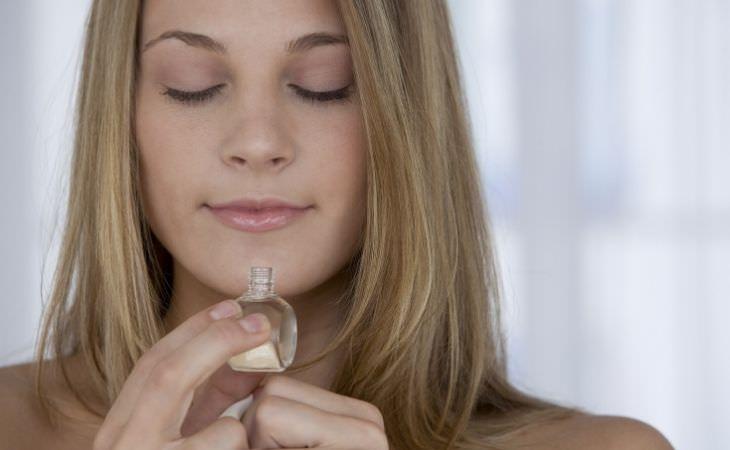 איך להחזיר את חוש הריח: אישה מריחה מבקבוקון