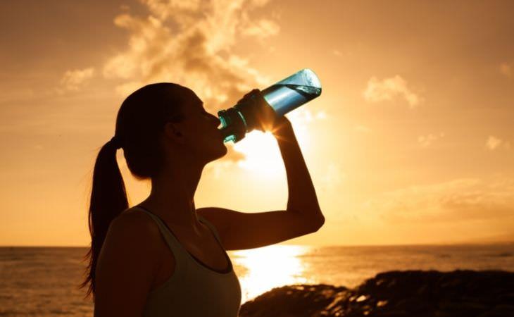 אתגרי 30 יום: אישה שותה מים