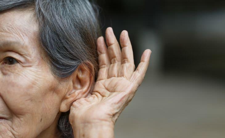התגלה חלבון שיעזור להחזיר שמיעה לקשישים: אישה קשישה מטה אוזן לשמוע