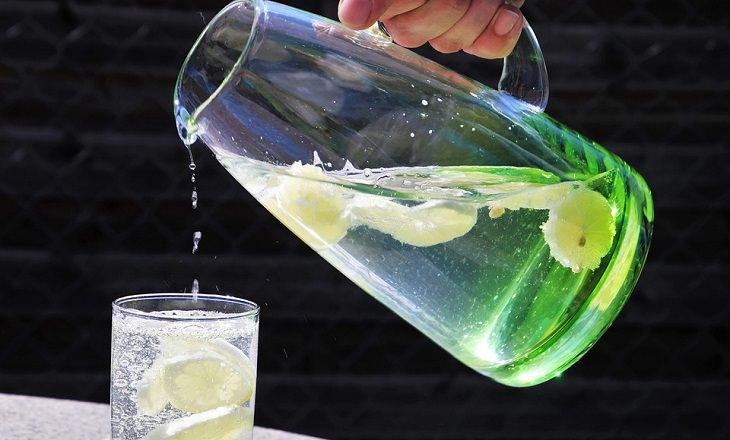 סיבות לחוסר תיאבון: מזיגת מים לכוס