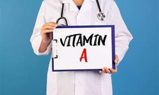 כתבות על ויטמינים: רופא מחזיק שלט שעליו כתוב ויטמין A