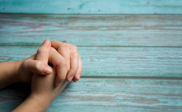 איך להפיג כאבים עם כוח המחשבה: ידיים בתנוחת תפילה