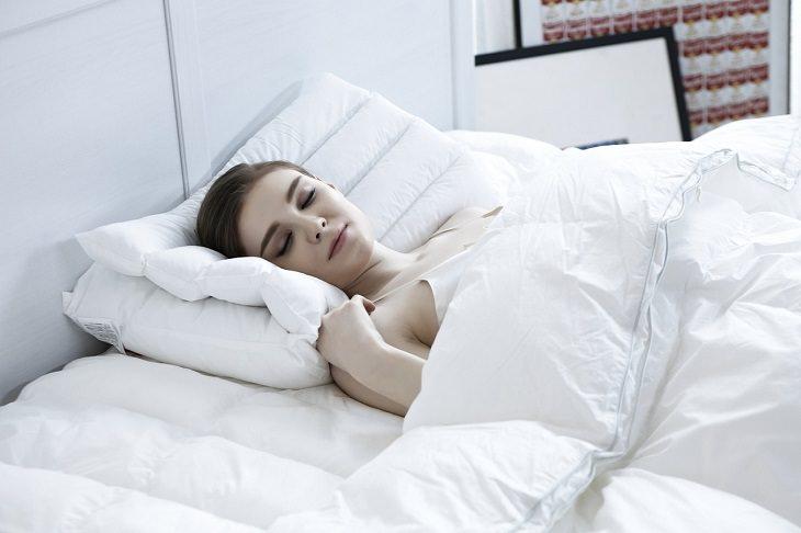 יתרונות תנומת צהריים: אישה ישנה בשעות האור