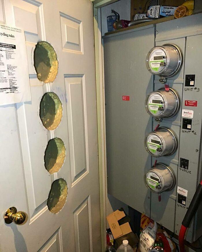 בתים במצב מזעזע ועיצובים כושלים: חורים בדלת כדי להתאים לארון חשמל