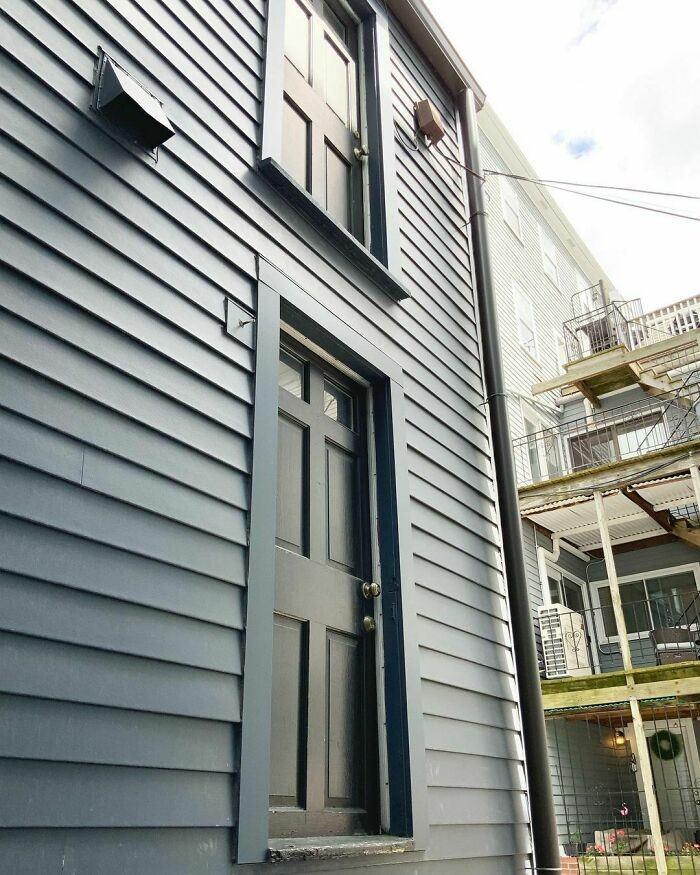 בתים במצב מזעזע ועיצובים כושלים: שתי דלתות על בית אחת מעל השנייה