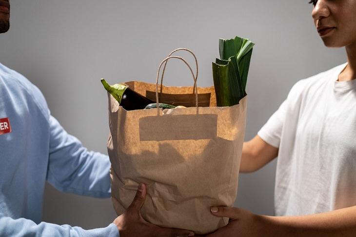 התמודדות עם בן זוג חולה: אישה מקבלת משלוח של שקית ובה מוצרי מזון