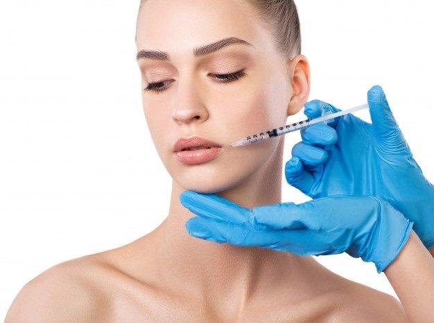 מזונות להגברת הפוריות: רופא מזריק לאשה בוטוקס לשפתיים