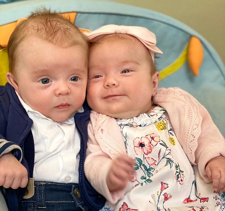 תינוקות שנראים מבוגרים: תאומים שנראים כמו זוג נשוי מבוגר