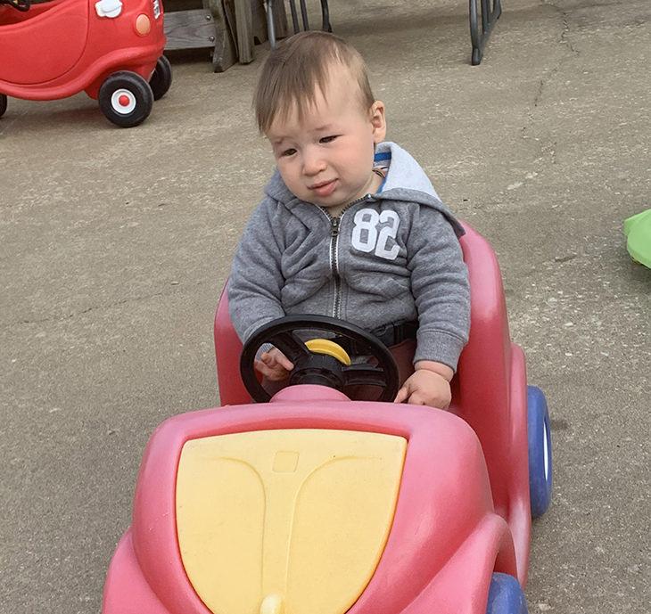תינוקות שנראים מבוגרים: תינוק שנראה מבוגר במכונית צעצוע