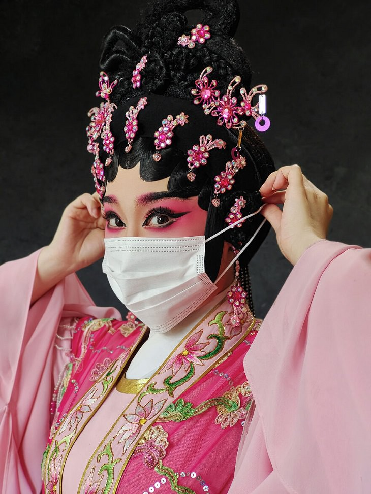 תמונות מתחרות צילומי הנייד השנתית העשירית: גיישה עם לבוש ואיפור ורוד - ומסכת מנתחים על הפנים
