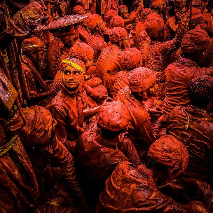 תמונות מתחרות צילומי הנייד השנתית העשירית: גברים צבועים באדום, וגבר אחד מביט לאחור