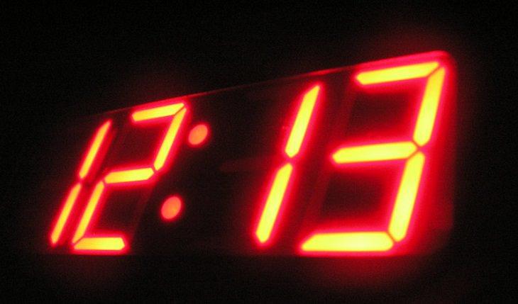 איך להירדם מהר אם מתעוררים באמצע הלילה: שעון דיגיטלי