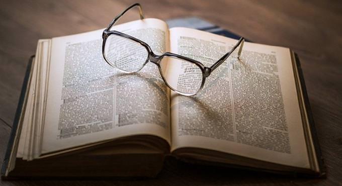 מבחן מטבעות לשון: ספר ועליו משקפיים