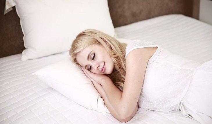 איך להירדם מהר אם מתעוררים באמצע הלילה: אישה ישנה במיטה