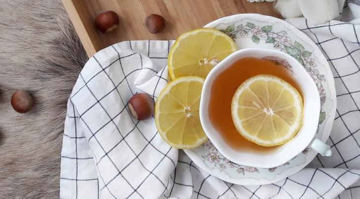 הסכנות בשתיית יותר מדי תה: תה לימון