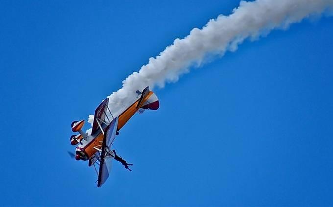 מבחן אישיות - נפש חופשייה: אדם הולך על כנף מטוס הפוך