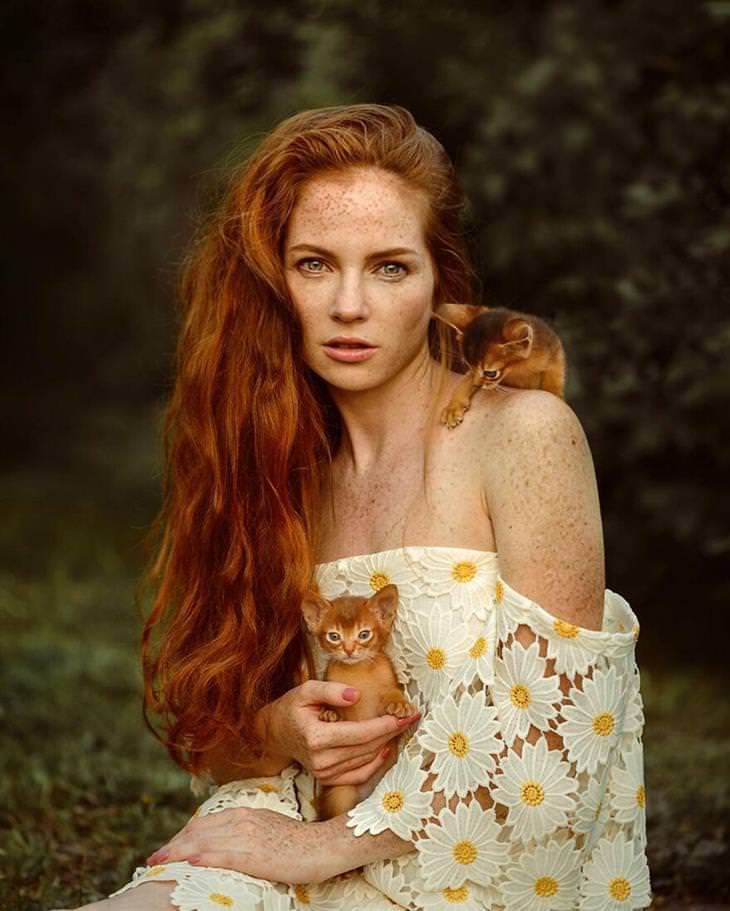 תמונות נשים וחיות של צלמת: אישה ג'ינג'ית עם חתולים