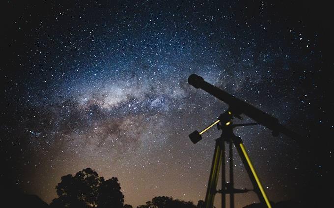 מבחן בפיזיקה: טלסקופ בטבע עם שמי לילה זרועים כוכבים