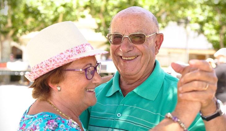 מועדון לבני 60+: זוג מבוגר רוקד