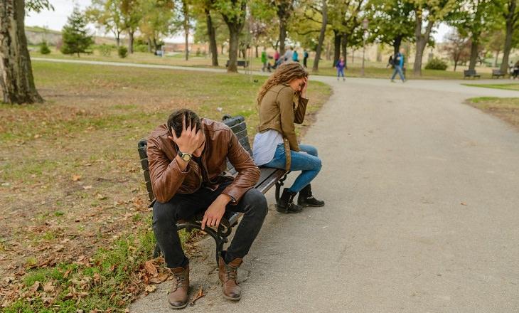 מטפלת זוגית מסבירה על רצון לשנות את בן או בת הזוג: בני זוג מתוסכלים על ספסל בפארק