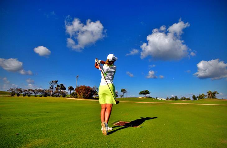 בדיחה: אישה משחקת גולף