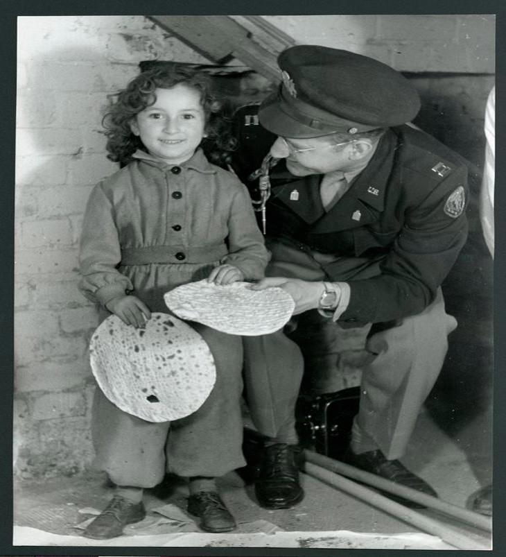 תמונות נוסטלגיות של פסח: ילדה חולקת 2 מצות עם קצין