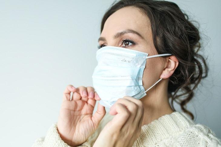 מחקר על חיסון למחלימי קורונה: אישה עוטה מסכה