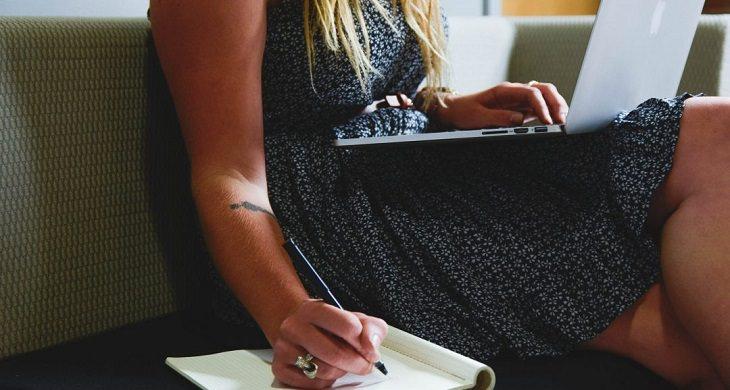 עמודי החיים: אישה עובדת בבית עם מחברת ומחשב נייד