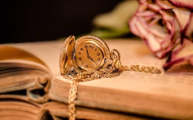 מבחן אישיות - איזה פסל אתם: שעון כיס מונח על ספר