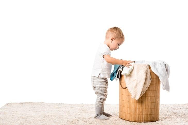 מיתוסים אודות פעוטות: פעוט עומד ליד סל כביסה