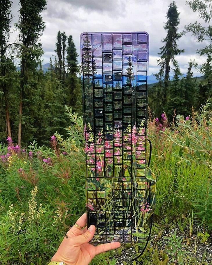 ציורים על זבל שמשתלבים עם הסביבה: ציור טבע על מקלדת