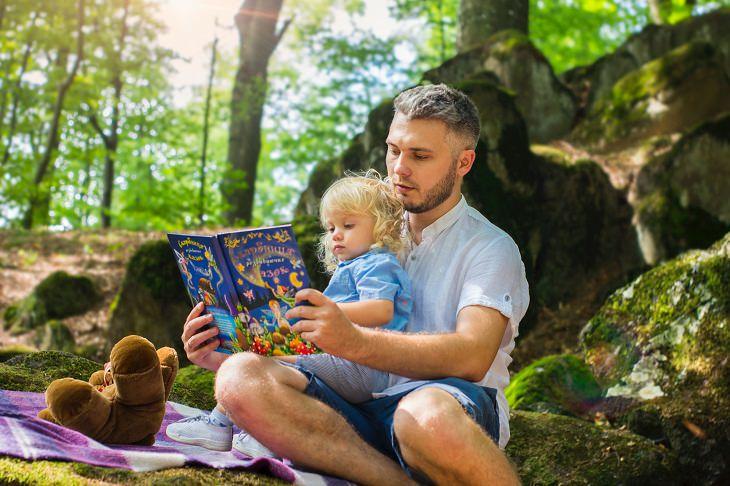 מיתוסים אודות פעוטות: אבא ובן קוראים ספר בפארק