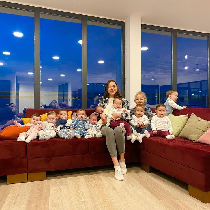 צעירה עם 11 ילדים: כריסטינה וילידה על הספה