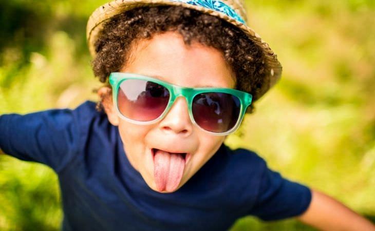 בדיחה על איש שרצה שקט: ילד מוציא לשון