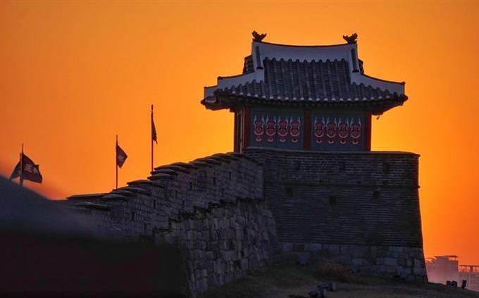 מקדש סיני על רקע שקיעה כתומה