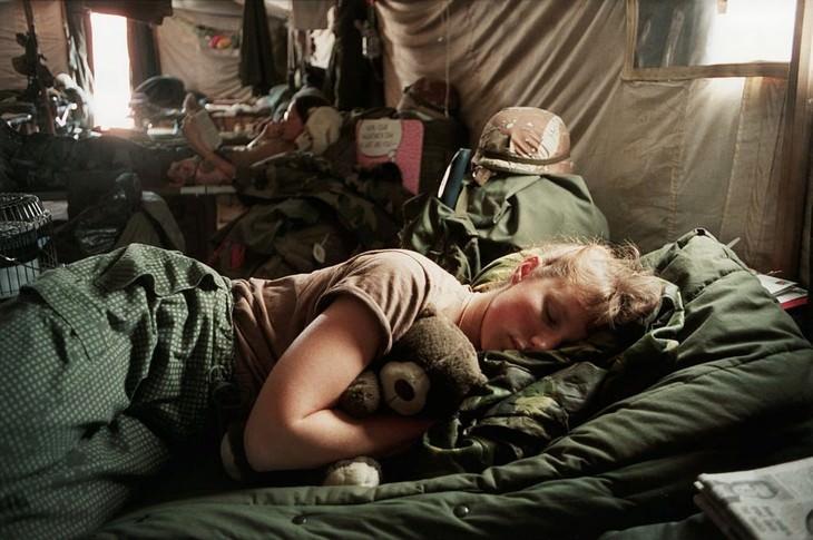"""תמונות היסטוריות מרתקות: אחות בצבא ארה""""ב שוכבת לישון באוהל שלה עם דובי בערב הסעודית בזמן מבצע """"סופה במדבר"""". פברואר 1991."""