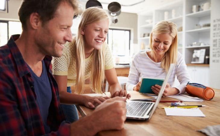 טעויות של הורים בעידן הדיגיטלי: נערה ואבא משתמשים במחשב