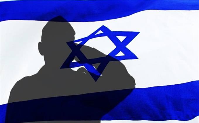 """חידון צה""""ל: צל של חייל מצדיע מול דגל ישראל"""