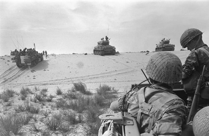 """תמונות ממלחמות ישראל: טנקי שרמן של צה""""ל באזור רפיח במהלך מלחמת ששת הימים."""