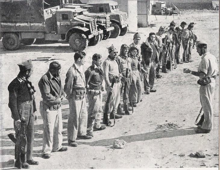"""תמונות ממלחמות ישראל: תדריך לפני פעולה בזמן מלחמת העצמאות, חיילי חטיבת הנגב, הפלמ""""ח, 1948."""